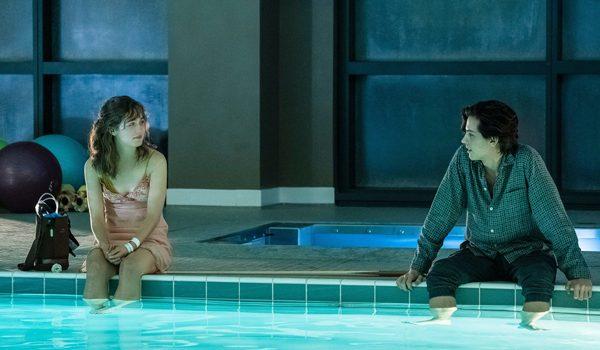 """Stela e Will, protagonistas de """"A Cinco Passos de Você"""", filmes clichês."""