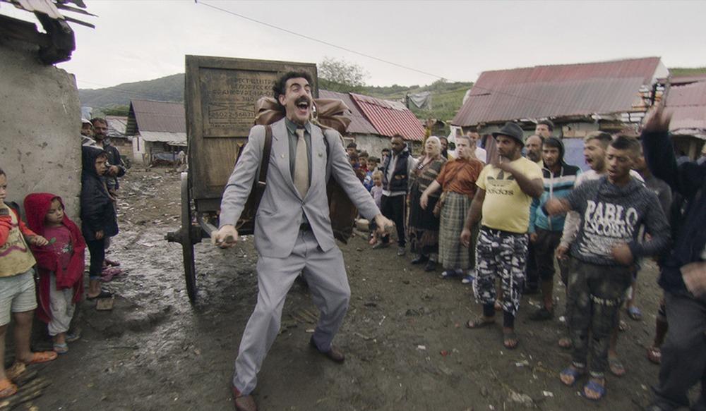 Numa sequencia ácida, assim como o filme original, Borat 2 entrega críticas políticas pertinentes em meio a clima apocalíptico.